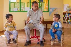 Brahim Boukal bei der Arbeit mit zwei Kindergartenkinder
